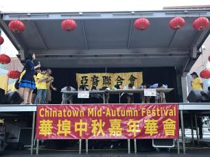 Contestants devoured mooncakes without using their hands.