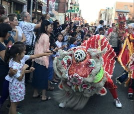 Dragon dancers fascinate children. PC: Nancy Zhu (278)